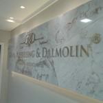 painel de mármore com letras em latão dourado