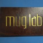 placa aço corten vazado com fundo em latão dourado
