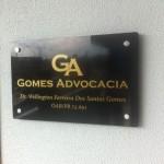 placa de escritório em acrílico com adesivo dourdo